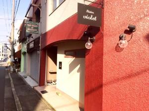 角地の赤いお店です
